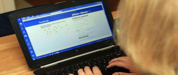 Fakebook: Estudo revela que o desespero de ser socialmente aceite impulsiona os usuários do Facebook a simular fotos falsas, férias e acessórios de moda